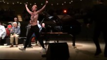 Protest gegen Woody Allen: Barbusige Frauen stürmen Elphi-Bühne