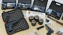 Festnahmen nach Großrazzia: 81-Jähriger bestellt im Darknet Waffen