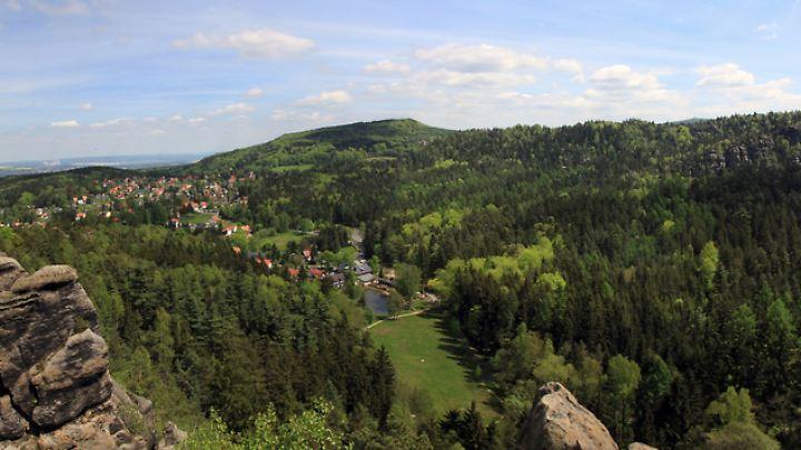 Blick von den Nonnenfelsen auf Jonsberg: Das Zittauer Gebirge lockt schon lange Wanderer.