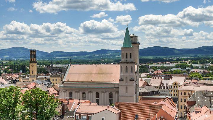 Blick vom Johanneum in Richtung Johanniskirche und Rathaus: Zittau hat Besuchern viel Geschichte zu bieten.