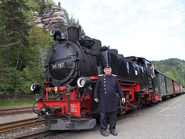 Eisenbahner mit Uniform: Alfred Simm ist stolz auf die Schmalspurbahn.