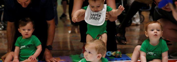 """Tränenreiches """"Diaper Derby"""": Babys krabbeln in New York um die Wette"""