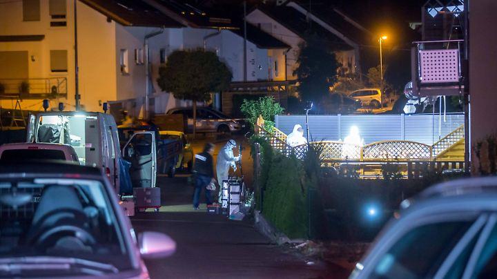 Die Spurensicherung sammelt Beweise in dem Wohngebiet im Landkreis Essingen.