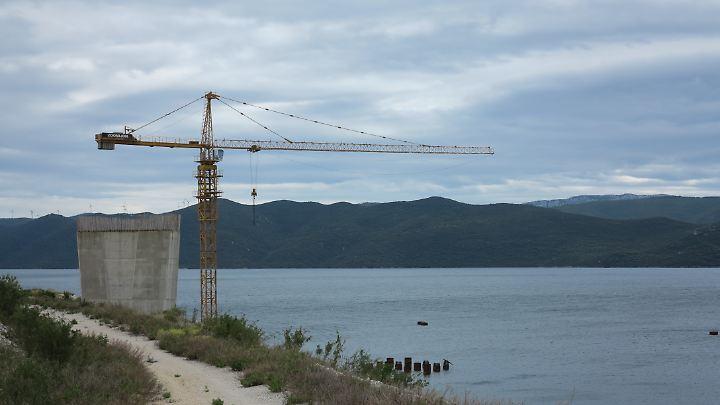 Ein Brückenpfeiler und ein Baukran zeugen davon, dass es nicht der erste Anlauf für das Projekt ist.