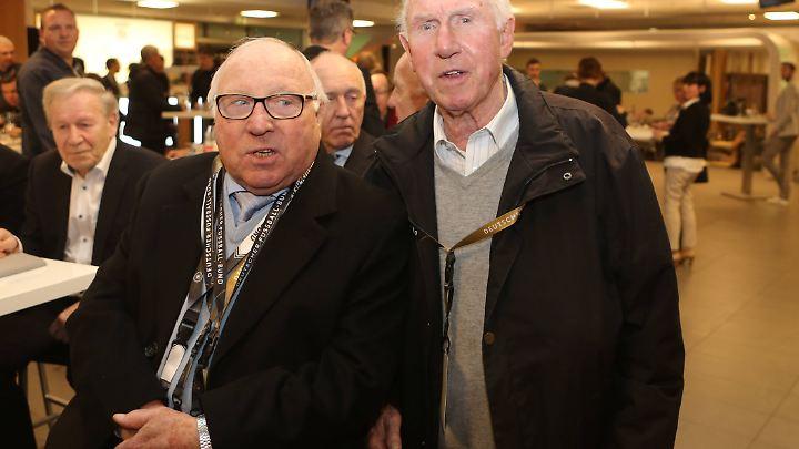 Treffpunkt Club der Nationalspieler: Uwe Seeler (l.) mit Erich Haase (r.).