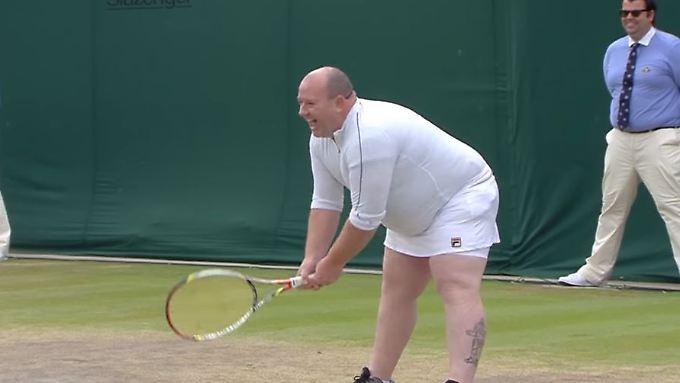 Ein vorlauter Fan musste sich dem Aufschlag von Kim Clijsters stellen -  standesgemäß in Weiß.