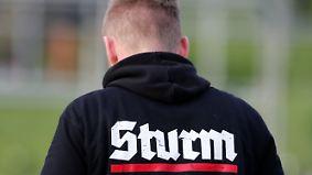 """Hitlergruß und """"Heil""""-Rufe: Polizei ermittelt nach Neonazi-Festival in Thüringen"""