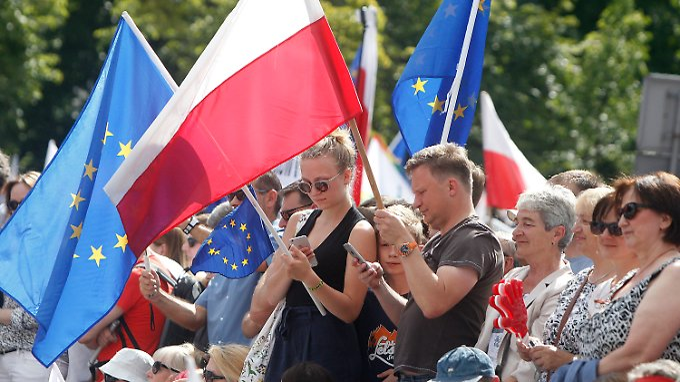 Demonstranten vor dem Parlamentsgebäude in Warschau.