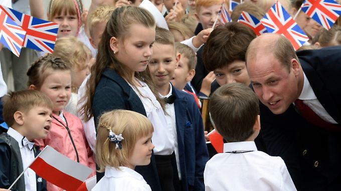 Prinz William nimmt vor dem Schloss Belvedere, dem Sitz des polnischen Präsidenten, ein Bad in der Menge.