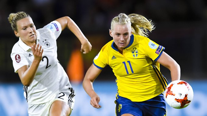Josephine Henning (l.) verfolgt die Schwedin Stina Blackstenius - und den Ball.