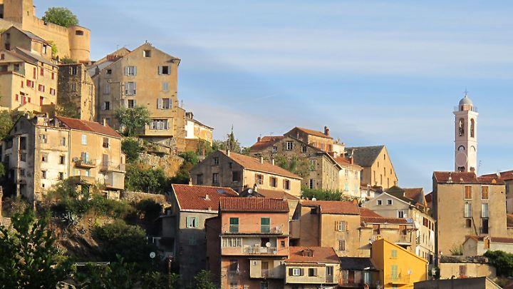 Blick auf Corte:Von der Hauptstadt Korsikas gelangen Reisende über die Scala di Santa Regina ins Inselinnere.