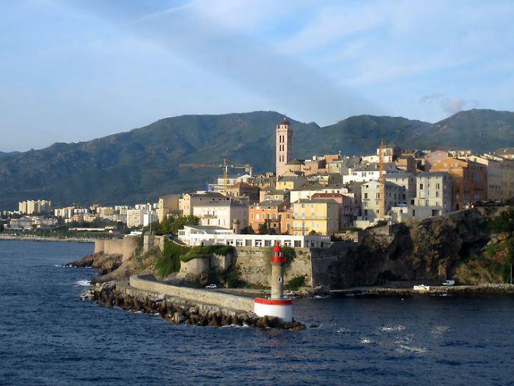 Blick auf Bastia von der Fähre aus. In dem Küstenort befindet sich der internationale Flughafen Korsikas.