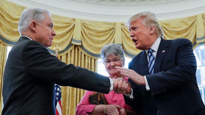 Ein Foto aus besseren Tagen: US-Präsident Trump (rechts) und Justizminister Sessions.