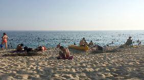 Urlauber und Touristen am Kleopatra-Strand in Alanya.