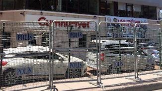 """Prozessstart am Tag der Pressefreiheit: """"Cumhuriyet""""-Mitarbeiter stehen in Istanbul vor Gericht"""