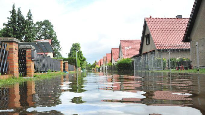Hochwasser in Leegebruch bei Oranienburg (Oberhavel): Nach den heftigen Regenfällen der vergangenen Tage bleibt die Lage in vielen Teilen Deutschlands angespannt.