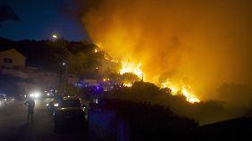 Die Flammen fressen sich in der Nacht immer näher an bewohntes Gebiet.