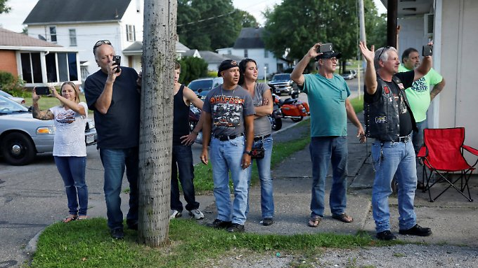 In der Nähe von Youngstown (Ohio) winken Anwohner der Autokolonne von Präsident Trump zu.