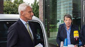 Umweltministerin Hendricks (hier neben VW-Chef Müller) besuchte am Donnerstag den Volkswagen-Konzern in Wolfsburg.