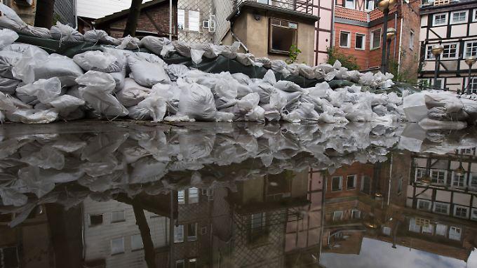 In Wolfenbüttel haben Hilfskräfte Sandsäcke aufgetürmt. Diese sollen die Häuser vor den Wassermassen schützen.