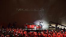 Erste 30 Autos ausgeliefert: Musk feiert die Tesla-Model-3-Show