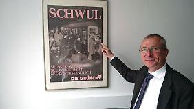 Volker Beck vor dem Grünen-Wahlplakat von 1987.