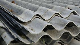 Wellasbestplatten sind witterungsbeständig und waren damit als Dachmaterial hervorragend geeignet.