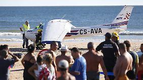 Flugzeugunglück in Portugal: Zwei Badegäste sterben bei Cessna-Notlandung an Strand