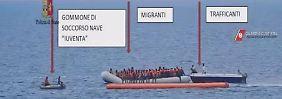 """Dieses Foto soll die Zusammenarbeit der """"Iuventa""""-Crew (links) mit den Schleppern (""""Trafficanti"""") belegen."""