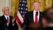 Wer zuletzt lacht, lacht am besten? Noch applaudiert Mike Pence freudig dem US-Präsidenten Donald Trump.