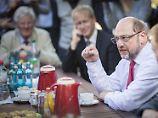 Nicht über Flüchtlinge sprechen?: Schulz hat Ärger wegen eines Zettels
