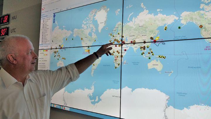 """Ulrich Heuer erklärt das """"Global Monitoring"""" im Tui-Krisenzentrum."""
