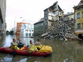 Bei der Flutkatastrophe im Jahr 2002 stürzen im Prager Stadtteil Karlin vier Gebäude ein.