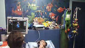 Die sechsjährige Luciana Laguna Terrazas bei einer Kontrolluntersuchung im Kardiozentrum in La Paz. Mithilfe eines hier hergestellten Implantats konnte ihr Herzfehler behandelt werden.