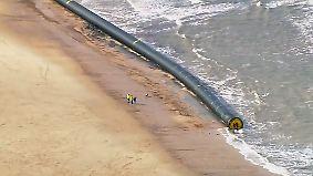 Kaum zu glauben, aber wahr: Riesige Rohre spülen an den Strand