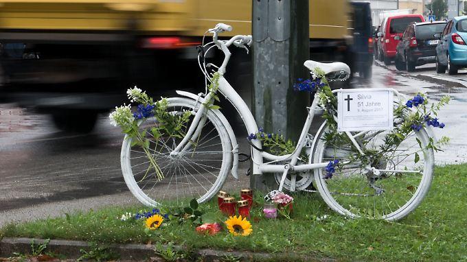 """Ein weißes """"Geisterrad"""" steht an einer Straßenkreuzung in München. Hier verstarb Silvia Andersen nach einem Verkehrsunfall."""
