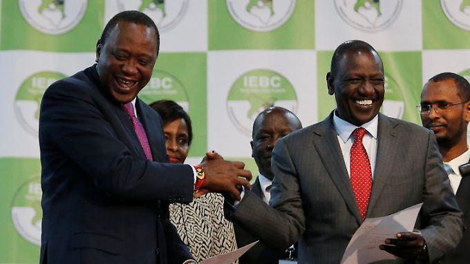 Präsident Uhuru Kenyatta (l.) und sein Stellvertreter William Ruto freuen sich über ihren Wahlsieg.