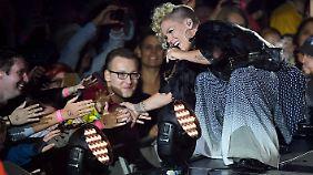 Über einen Mangel an Zuneigung konnte sich die Sängerin in Berlin nicht beschweren.