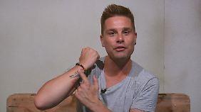 Eloy zeigt das Tattoo seines verstorbenen Kindes.