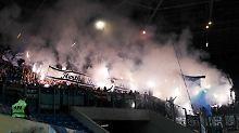 Pyro, Böller und zwei späte Tore: Hertha quält sich durchs Rostocker Chaos