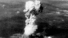 Die älteste Atommacht sind die USA: Im Juli 1945 erfolgte der erste Test, nur einen Monat später der erste Einsatz in Hiroshima und Nagasaki. Etwa 100.000 Menschen starben sofort, bis Jahresende noch einmal 130.000 an den Folgen. In den weiteren Jahren kamen etliche dazu.