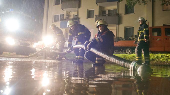 Die Feuerwehr in Hamburg rückte am Dienstagabend zu fast 150 wetterbedingten Einsätzen aus.