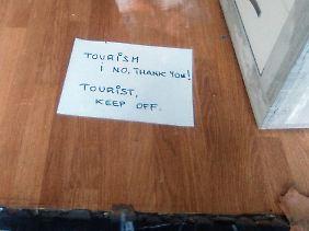 """Zettel mit der Aufschrift """"Tourism, no thank you!"""" (""""Tourismus nein danke!"""") und """"Tourist keep off"""" (Tourist draußen bleiben"""") in Palma de Mallorca in einem Möbelgeschäft."""