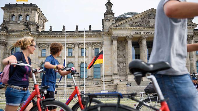 Vorm Reichstag wehen die Flaggen heute auf Halbmast.