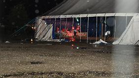 Die zerfetzten Seitenwände eines Zeltes auf dem Gelände des Chiemsee-Summer-Festivals.