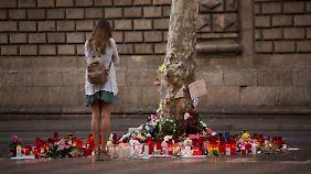 Eine Frau gedenkt auf der Flaniermeile Las Ramblas in Barcelona der Toten des Anschlags.