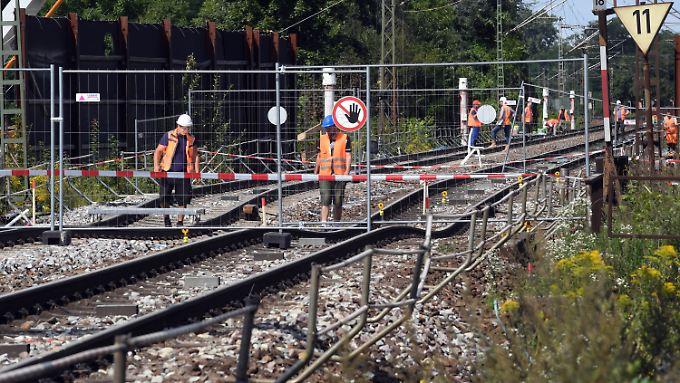 Abgesackte Gleise bei Rastatt.