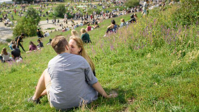 Zuneigungsbekundungen lassen sich am kommenden Wochenende durchaus ins Freie verlegen.