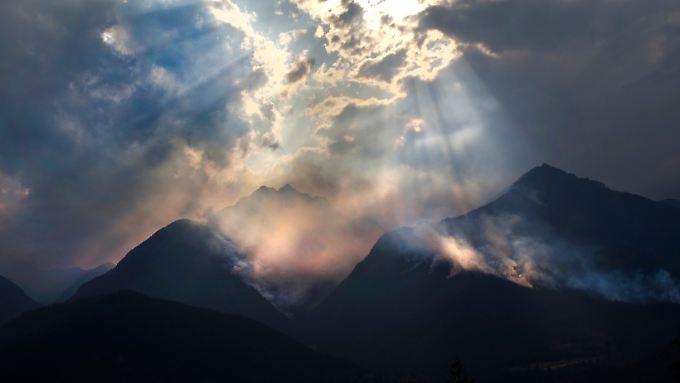 Riesige Rauchwolken steigen in große Höhen und verdunkeln in British Columbia die Sonne. In Europa kann die Asche mit Lichtradaren nachgewiesen werden.