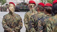 Besonders stark sei dem Bericht zufolge i2017 die Zahl minderjähriger Soldatinnen gestiegen.